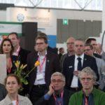 Nieman collega's luisteren aandachtig naar Daan Roosegaarde