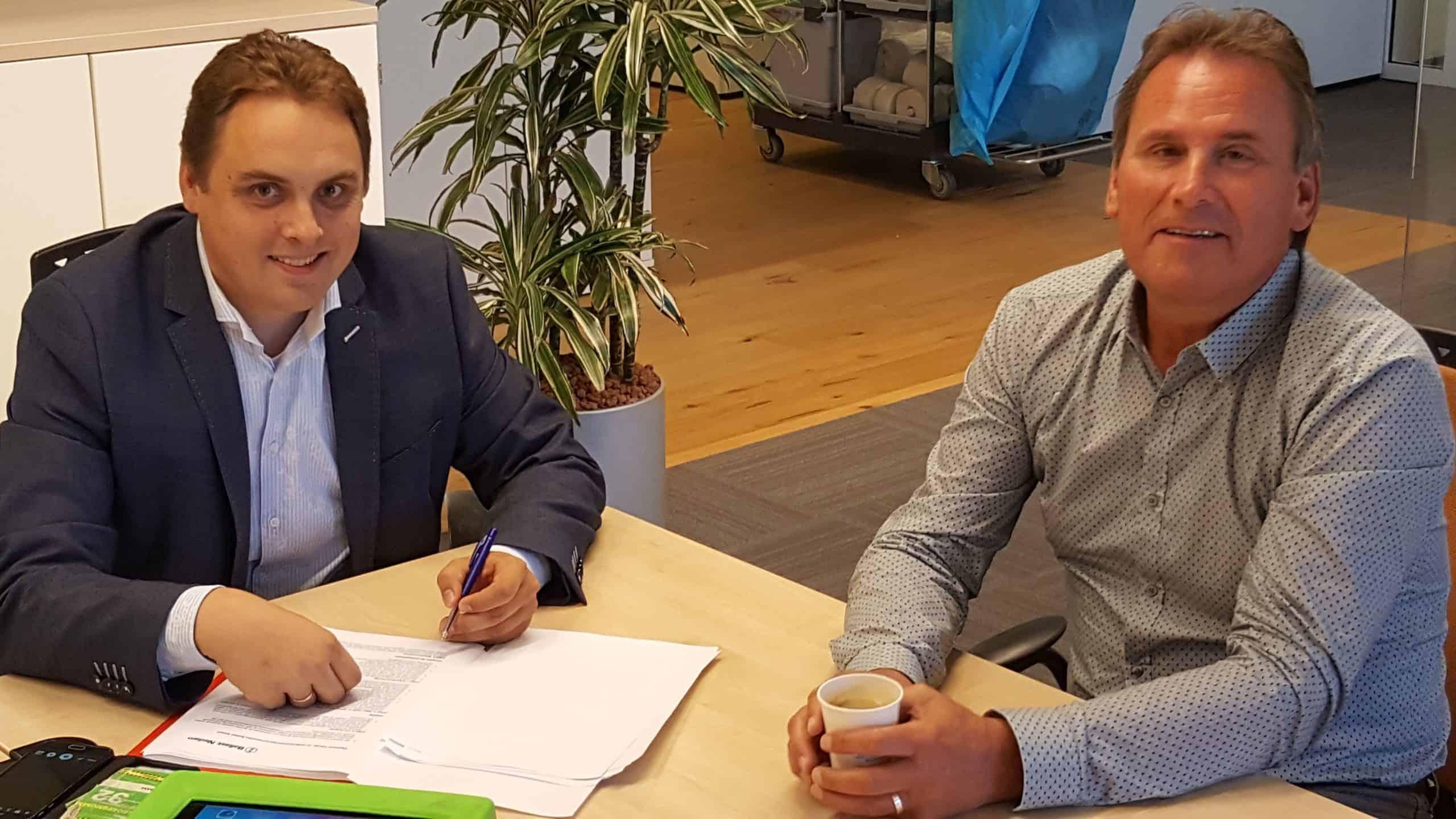 Jan Pieter van Dalen (l), manager van Nieman Kwaliteitsborging en Koos van Os (r), directeur van Hart van Zuid V.o.f. tekenen de samenwerkingsovereenkomst.