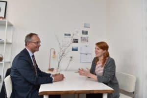 Minister Kamp in gesprek met bewoonster NUP