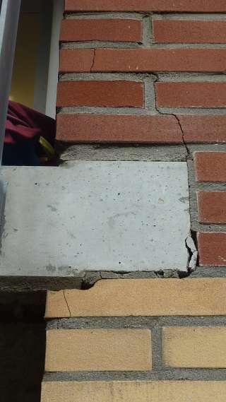 P1040291_Scheurvorming-in-het-metselwerk-ter-plaatse-van-de-'oplegging'-van-een-balkonplaat_klein-1
