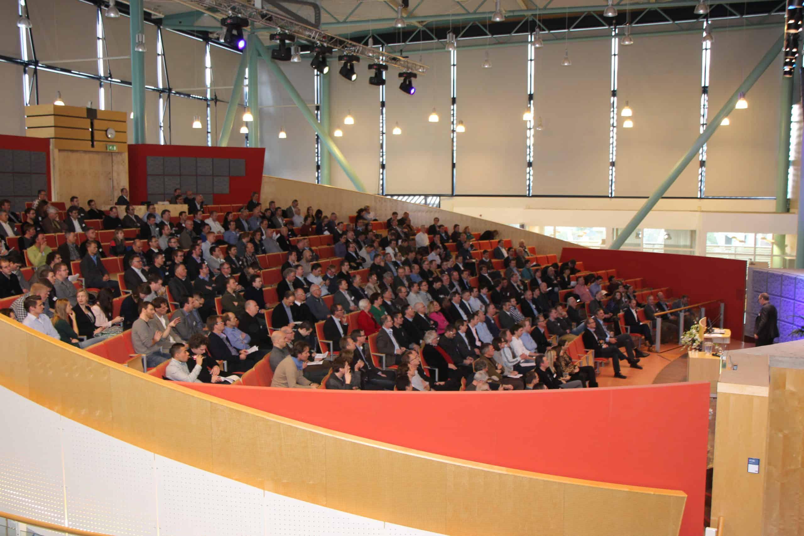 Symposium-Er-gebeurt-iets-moois-in-Zwolle-sfeerimpressie-auditorium-1-scaled