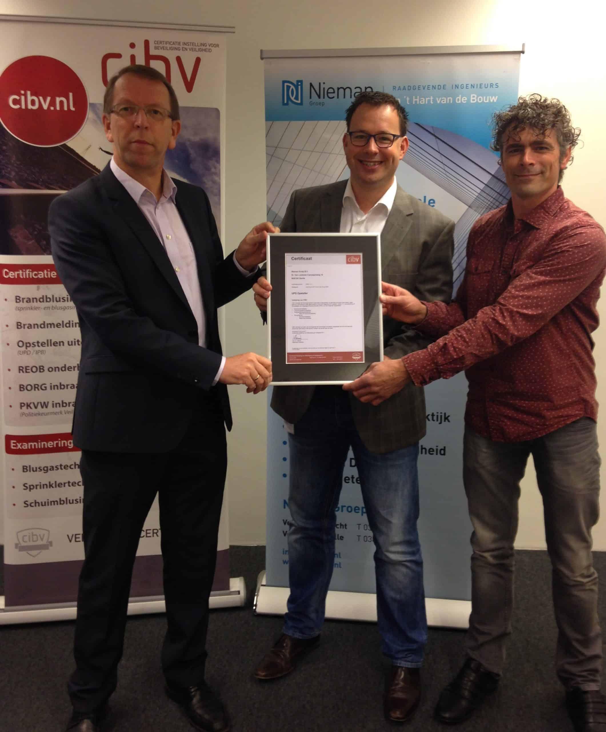 Uitreiking UPD certificaat vlnr Harrit Broos (CIBV), Wouter van de Kamp en Theo Holterman (Nieman Raadgevende Ingenieurs)
