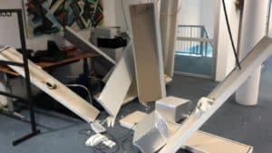 Delen van het klimaatplafond kwamen zonder waarschuwing vooraf naar beneden en kwamen onder meer op bureaus terecht.