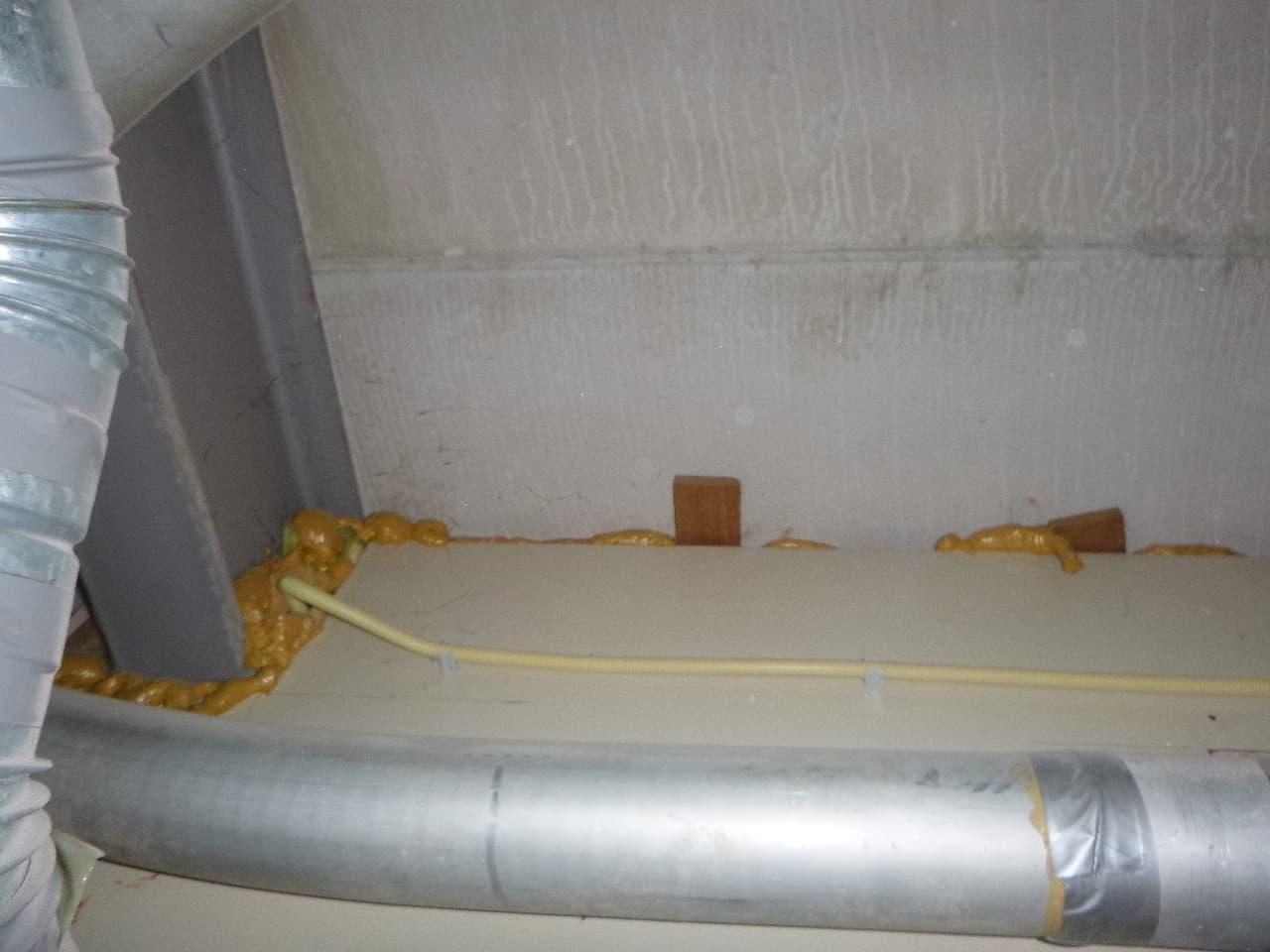 Foto 1. Fout! De naden rondom de lichte wandconstructie, de opening rondom de stalen ligger en de sparing rondom de kabeldoorvoer zijn allemaal afgedicht met 'brandwerend' pur schuim.