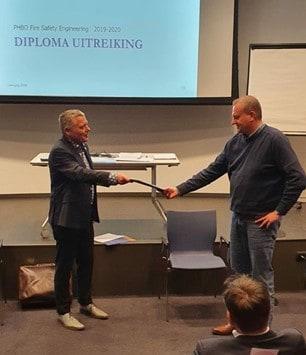 v.l.n.r Ruud van Herpen overhandigd diploma aan Gerard Hoffman